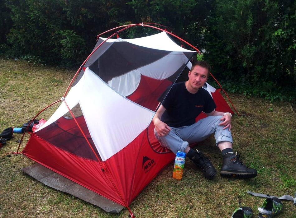 Rafał Król w sypialni namiotu turystycznego Hubba Hubba NX