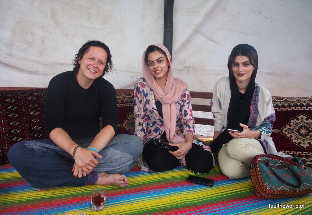 Spotkania nad Morzem Kaspijskim - dziewczyny przyniosły nam herbatę, poczęstunek. Kolejny dowód ogromnej gościnności.