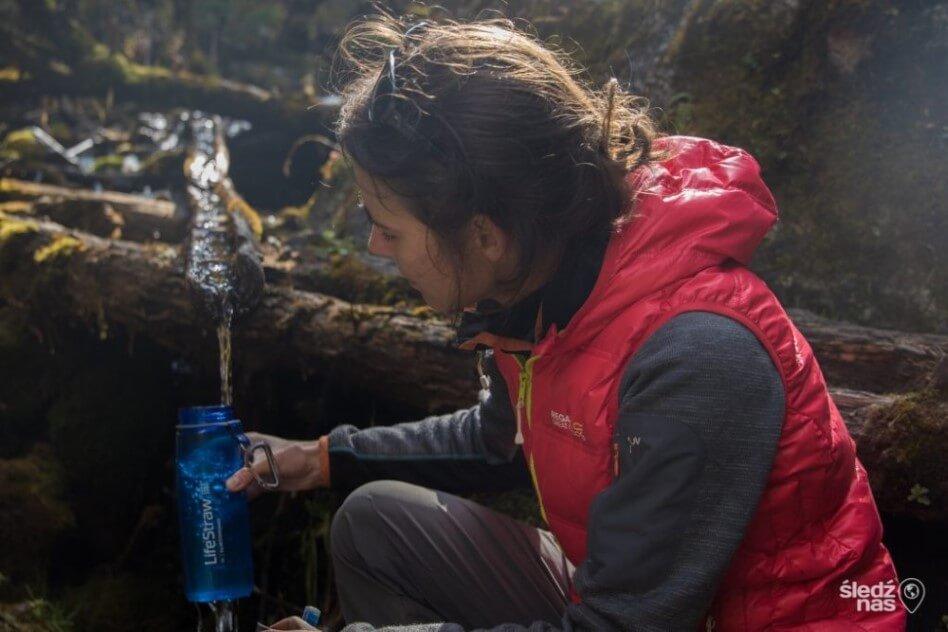 Filtr do wody Lifestraw Go podczas napełniania