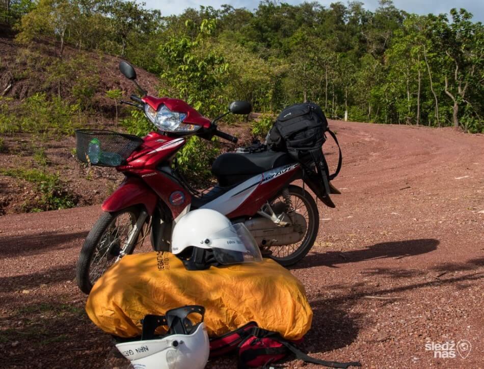 Skuter w podróży między Parkami Północnej Tajlandii