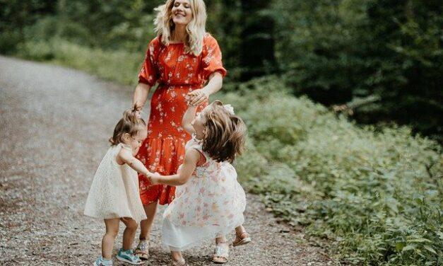 Jak ćwiczyć z dziećmi w domu? Recepta na zdrowy ruch